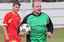 Dochytal bez rukavic. Gólman Petr Tuček svoje poslední chvíle na hřišti coby aktivní hráč strávil bez brankářských rukavic.