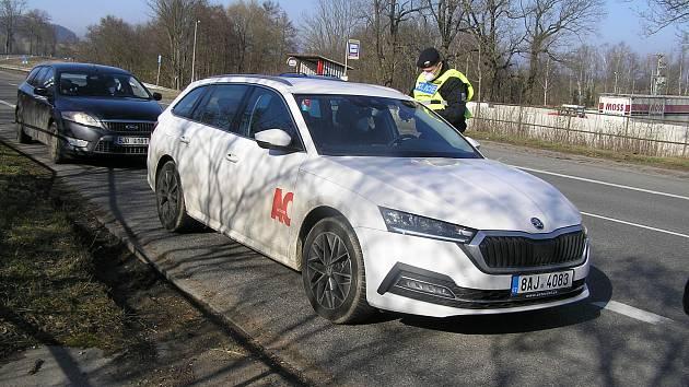 S policejní kontrolou dohlížející na dodržení zákazu volného pohybu se mohli řidiči setkat v pondělí 1. března odpoledne na silnici z Havlíčkova Brodu do Jihlavy u Zvonějova nedaleko Štoků.
