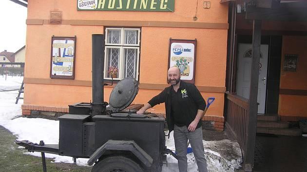 Pochodu Dymáčkův memoriál se zúčastnily stovky turistů. V cíli je zahřála drštková polévka z pravé polní kuchyně.