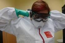 Zdravotníky v Havlíčkově Brodě ochrání před nákazou speciální oblek.