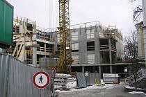 V areálu brodské nemocnice v Husově ulici pokračuje stavba nového domova pro seniory.