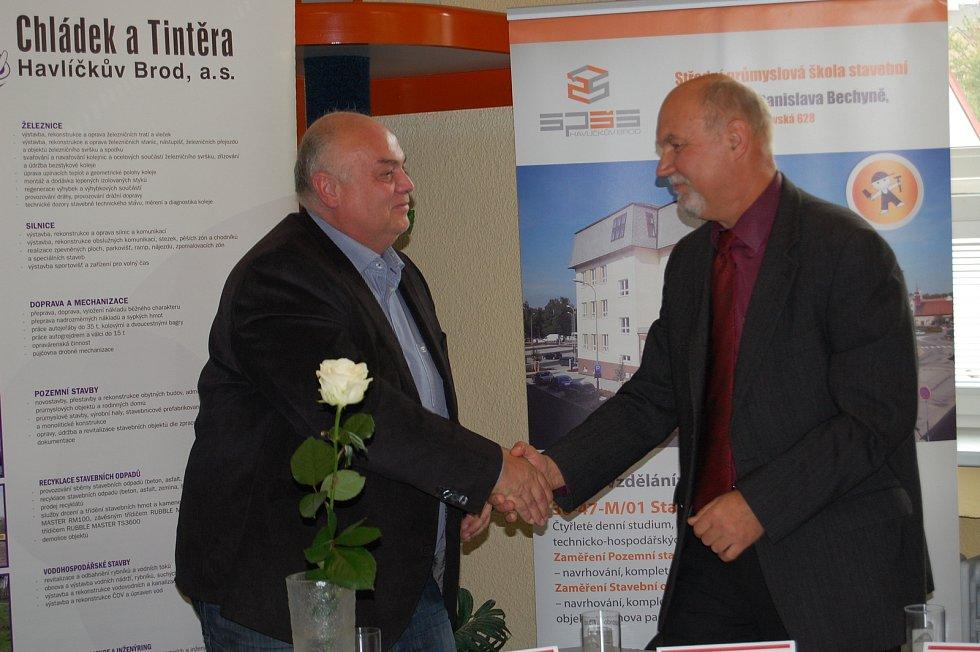 Smlouvu podepsali za stavební školu její ředitel Ladislav Fiala a za společnost Chládek a Tintěra Suchý Petr, předseda představenstva a ředitel.