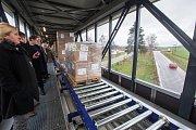 Nový 110 metrů dlouhý krytý most s válečkovým přepravníkem zboží ve sklárnách Crystalite Bohemia ve Světlé nad Sázavou.