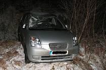 Řidička osobního vozidla Kia, jedoucí ve směru na obec Štoky, nepřizpůsobila rychlost jízdy namrzlému povrchu komunikace, dostala smyk,  s vozidlem přejela do protisměrné části a sjela mimo komunikaci.
