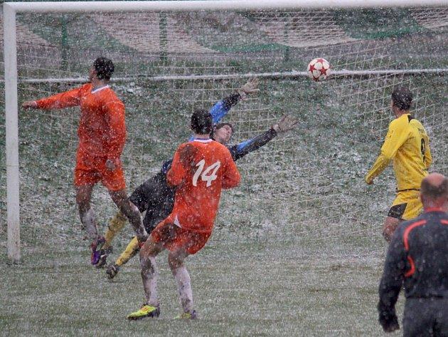 Nepříznivé počasí provázelo podzimní zápas mezi H. Borovou a Leštinou (3:2). Oba týmy věří v lepší fotbalové podmínky.