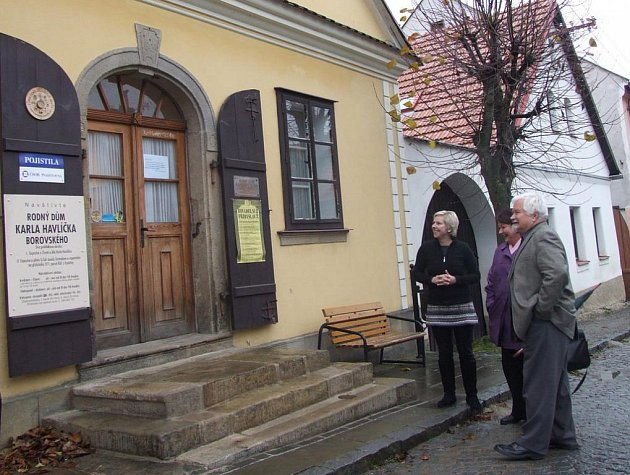 Petr Pithart navštívil Havlíčkovu Borovou. Prohlédl si i nové schody do rodného domu Karla Havlíčka.