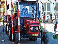 Jízda zručnosti. Celou řadu překážek a nástrah musí na soutěžní trati překonávat mladí řidiči traktoru s vlekem.