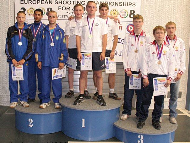 Brodský střelec Josef Nikl (na nejvyšším stupínku vpravo) si na evropském šampionátu juniorů ve střelbě vyzkoušel celkem dvakrát pódium, s českým týmem získal zlatou medaili ve střelbě malorážkou na běžící terč v disciplíně 30+30 pomalé, rychlé běhy.