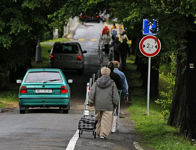 Most u Rica ústící do Plovárenské ulice na Žižkově již byl několikrát průjezdný pro osobní automobily. Ilustrační foto
