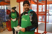 Klienti Domova Háj pomáhali při potravinové sbírce.