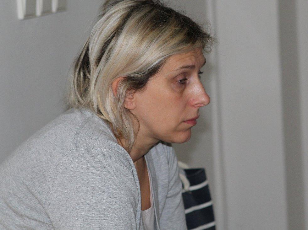 Vladimíra Konečná čeká na chodbě havlíčkobrodského soudu rozsudek.