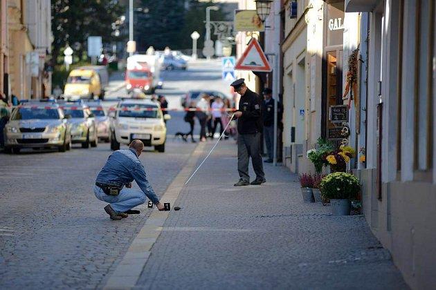 Lupiče s granátem v ruce zpacifikoval před bankou kolemjdoucí.