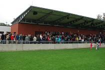 Dvě stě diváků se vejde na novou tribunu při zápasech světelské Bohemky. Hráči v ní našli i nové zázemí.