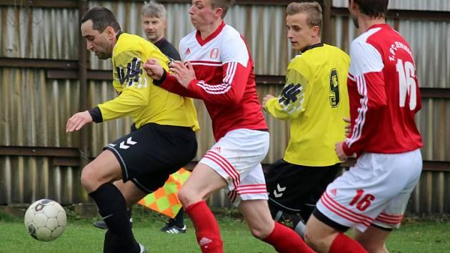 Fotbalisté Přibyslavi (ve žlutých dresech) na jaře porazili Sapeli Janovice i Jemnicko. V neděli se chystají na lídra ve Velké Bíteši.