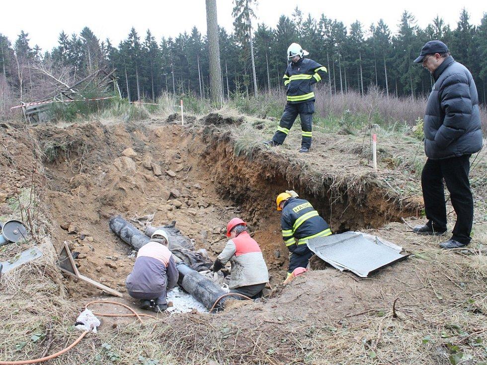 Zloději navrtali produktovod v lese u Knyku na sklonku minulého roku. Jimi nainstalovaný ventil však netěsnil a nafta unikla do země a pak i do Cihlářského potoka.
