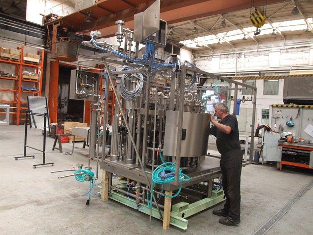 František Klepetko, dlouholetý zaměstnanec společnosti NATE – nápojová technika Chotěboř, kontroluje ventily u plnicího stroje určeného pro estonského zákazníka.