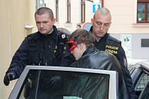 V Havířské ulici. Jednoho z obviněných, jednadvacetiletého Michala K. z Jihlavy, přivezli ve středu policisté na místo činu v Havířské ulici v centru Jihlavy.