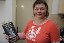 Kniha od učitele. Sochařka Mirka Špačková se přestěhovala z Hané na Vysočinu. Na snímku je s knihou svého učitele, prof. Vladimíra Preclíka. První   kapitola Kamenů pokání je o pěti babách na Havlíčkobrodsku.