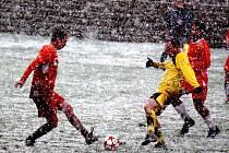 Přes hustě padající sněhové vločky nebylo vidět téměř ani na hráče. Sobotní fotbalové utkání v Havlíčkově Borové začalo deštěm a končilo na sněhu.