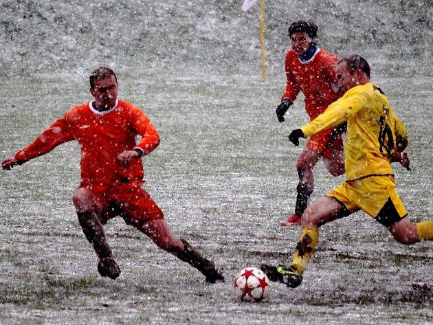 Jako sněhuláci si museli připadat fotbalisté Havlíčkovy Borové a Leštiny, kteří svůj duel nakonec dohráli, ale ve druhém poločase už to nebylo příliš o fotbalu.