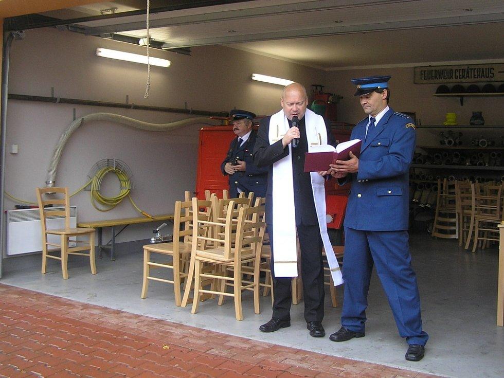 Hasičskou zbrojnici, na kterou doberští hasiči čekali léta, vysvětil farář Zdeněk Kubeš z Přibyslavi.