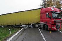 Řidič se chtěl vyhnout koloně na silnici I/37 na Havlíčkobrodsku a skončil v příkopu.