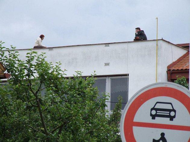 Asi sedmadvacetiletý muž zaměstnal v pondělí složky integrovaného záchranného systému poté, co v pondělních ranních hodinách vylezl na střechu KD Ostrov v Havlíčkově Brodě,