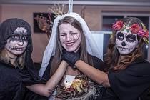 Mrtvá nevěsta Tereza (uprostřed) s kamarádkami Eliškou – mrtvou vílou (vpravo) a Martinou – démonem.