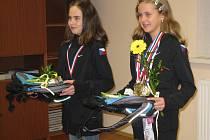 Mistryně světa ve sportovním aerobicu Aničku Stehnovou a Elišku Ondráčkovou zástupci obce na obecním úřadě. Děvčatům gratulovali, poděkovali za reprezentaci republiky i obce a předali jim drobné dárky.