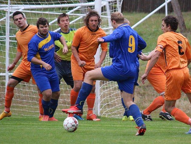 Fotbalisté Mírovky (v oranžových dresech) právě odráží jeden z útoků Štoků, se kterými doma vyhráli 3:0. Podzim se svěřencům trenéra Michala Marka povedl, ačkoliv to samotný kouč prý nečekal.