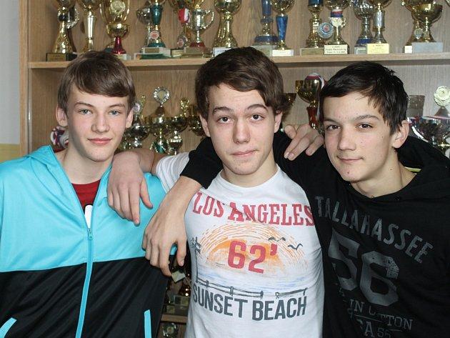 Spoluhráči a spolužáci. Těmi jsou Matěj Vála (vlevo), Vojta Veverka a David Donda (vpravo). Celek Vysočiny podle nich uhraje na olympiádě dobrý výsledek.