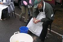 Ochutnávka bramborových lupínků, soutěž v pojídání bramboráků, škrábání pěti kilo brambor na čas. To vše nabídly bramborářské dny v Havlíčkově Brodě.