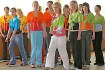 Vychází to dobře – šestnáct soutěžících dívek se pro společné taneční vystoupení dá rozdělit do čtyř barevně odlišených čtveřic. Na dvoudenním soustředění se venovaly i přípravě vlastního volného vystoupení a témat k rozhovoru s moderátorem.