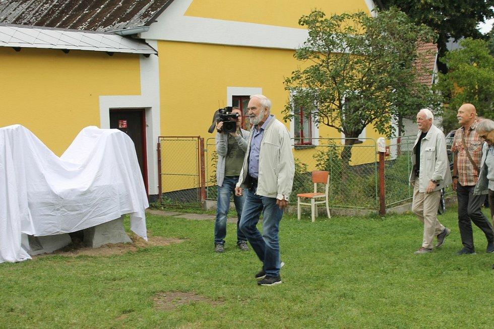 Zdeněk Svěrák k slavnostnímu odhalení sochy pozval Miloně Čepelku, Petra Bruknera a Genadije Rumlenu.