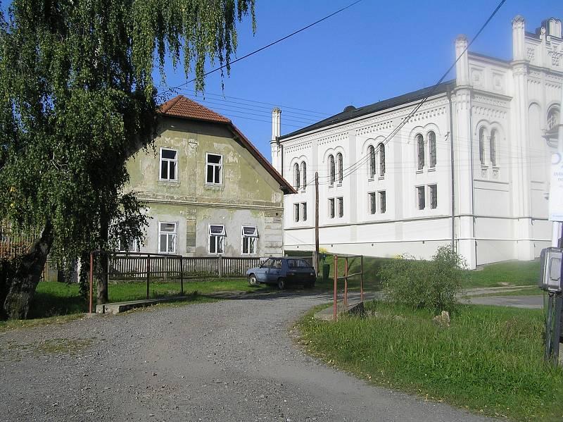 Synagoga a bývalá ješiva.