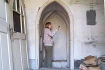 Středověká chodba vedoucí zdí pohledského kostela překvapí svou prostorností. Dva lidé se v ní celkem pohodlně vyhnou.
