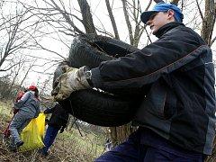 Vyčistit okolí Sázavy není vůbec jednoduché. O tom se přesvědčili i studenti havlíčkobrodské střední průmyslové školy stavební, kteří se přiipojili k akci Čistá Sázava.