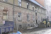 V plné práci. Rekonstrukce zchátralého domu v ulici 5. května v Havlíčkově Brodě už začala.
