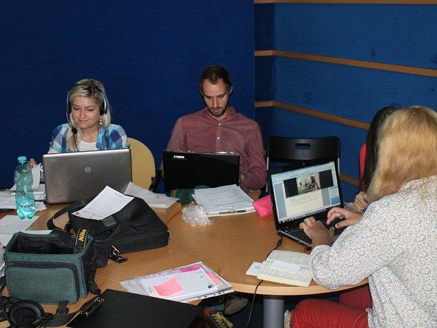 Mladí novináři při práci. Účastníci se při výuce věnují hned několika oborům moderní žurnalistiky.