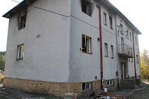 Poničené vybavení ze dvou nejvíce poničených bytů včera celý den odklízeli pracovníci obce.