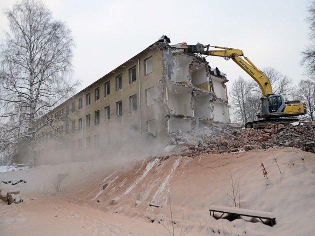 Demolice. Po prvním objektu v bývalém vojenském areálu  padne k zemi i druhý.