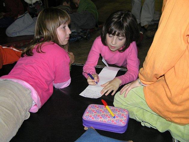 Děti, které se učí cizím jazykům, mohou prožít týden plný zábavy a her.
