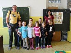 Na fotografii jsou žáci ZŠ, ZUŠ a MŠ Lipnice nad Sázavou, třída pana učitele Mgr. Karla Horkého (na snímku s asistentkou Alenou Šimkovou).