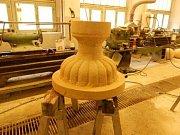 Kopii poškozené vázy z 18. století vytvořil student světelské akademie Nicolas Vrána.