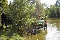 Po nehodě u Simtan skončilo auto v rybníce.