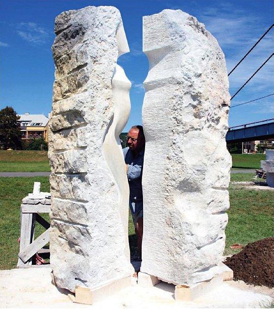 Ze dvou bloků sliveneckého mramoru vytvořil brodský sochař Radomír Dvořák sesterskou trojici Kazi, Tetu a Libuši.