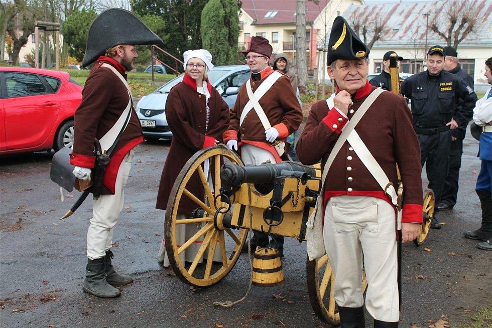 Rekonstrukce historické bitvy u Štoků se účastní minimálně stovka vojáků v dobových uniformách.