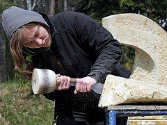 Studenti z ústecké Fakulty umění a designu a vídeňské Kunstschulle přijeli do Lipnice naučit se základy práce s kamenem. Zjistili, že není nic jednoduchého dát mu nějaký tvar.