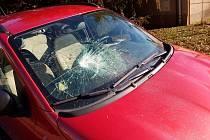 Dvaatřicetiletá žena ze Ždírce nad Doubravou zničila během jednoho měsíce v Havlíčkově Brodě osmadvacet osobních aut. Celkem způsobila škodu za více než 265 tisíc korun.