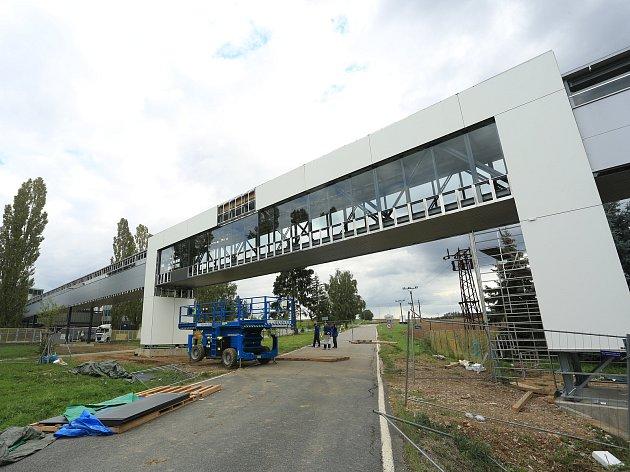 Nový pásový dopravník, který propojuje výrobní halu se skladem skláren Crystalite Bohemia ve Světlé nad Sázavou.